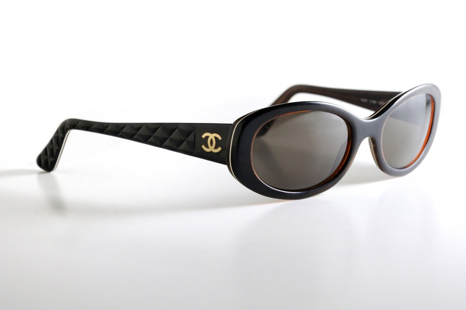 Photographie packshot de lunettes de soleil de marque Chanel par Pierre Pointeau, photographe freelance